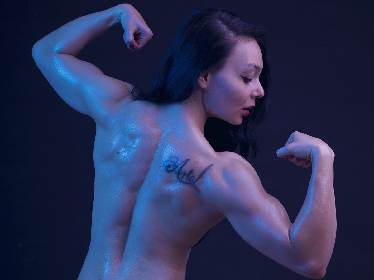 live show with fit and Ripped Emilia Clarkson