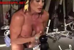 muscle female bodybuilder LYNN mcrossin plays with a sextoy