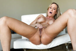 MILF WITH ABS AND SEXY FAT PUSSY BRANDI LOVE