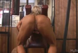 Naked Pro Female Bodybuilder squat and shows Big Clit