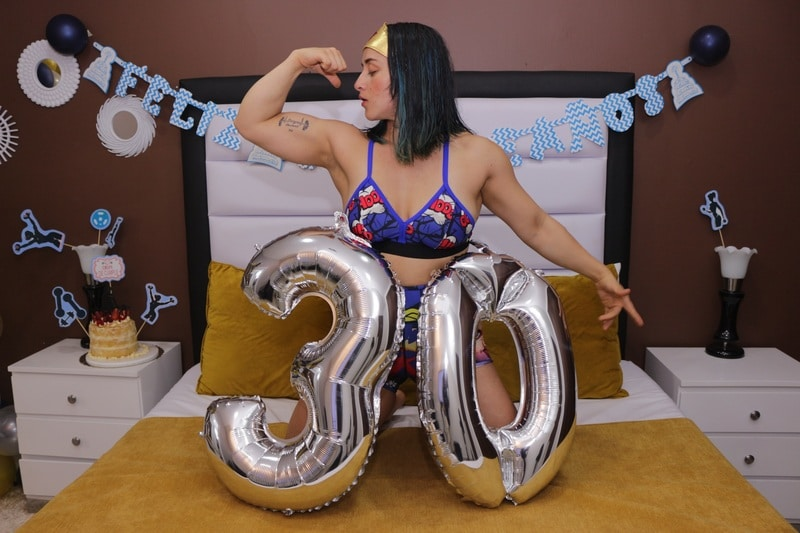 biceps strong cam girl