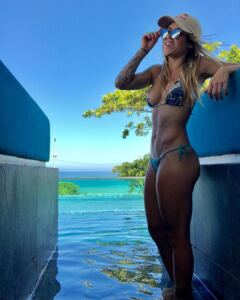 Leticia BUFONI mega fit and sexy Skateboard girl